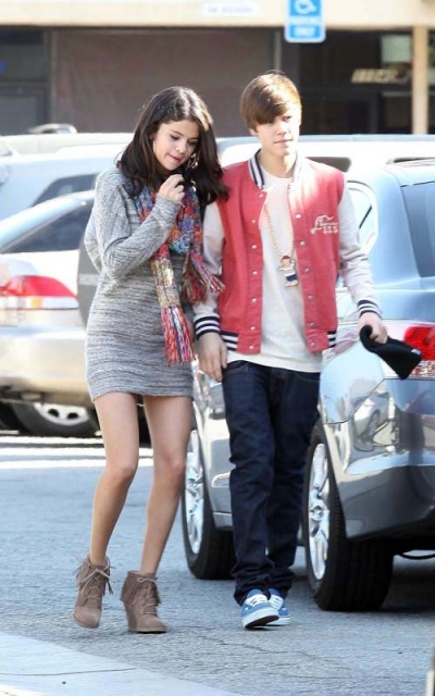 when did selena and justin start dating