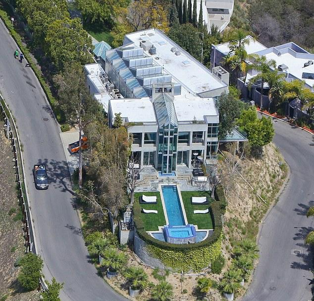 Los Angeles California Rich Houses: Rihanna Buys House In Chris Brown's Neighborhood To Be